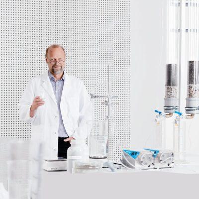 Claus Huwe Produktentwickler im Labor