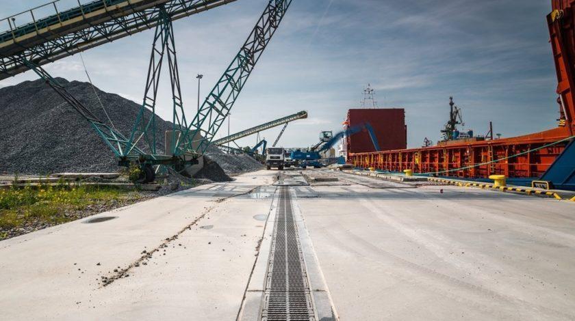 Entwässerungsrinne mit Kränen im Hintergrund, Hafen Danzig