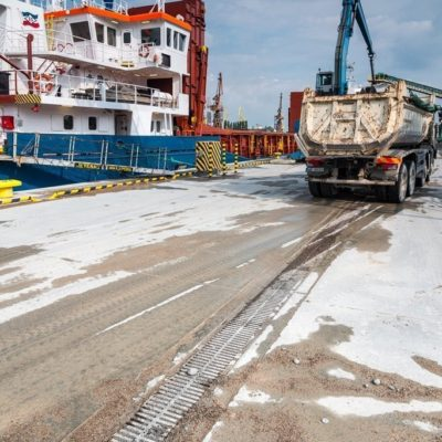 Befahrung der Entwässerungsrinne mit beladenem LKW, Hafen Danzig