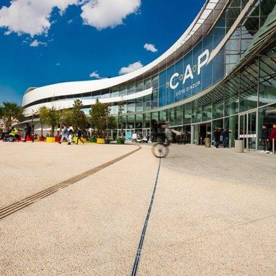 Der belebte Vorplatz vor dem Einkaufszentrum CAP 3000