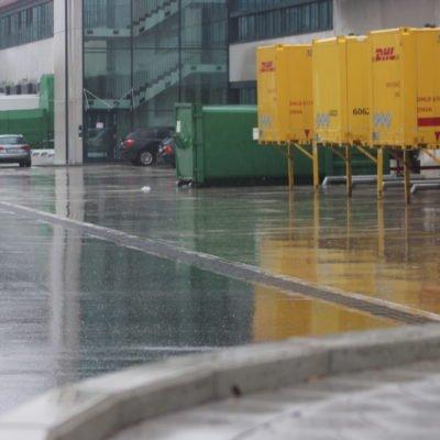 Entwässerungsrinne bei starkem Regen, Logistikzentrum bei München