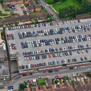 Luftaufnahme eines Parkdecks