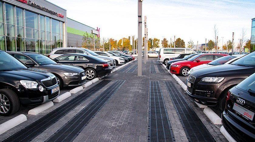 Parkplatz auf dem Firmengelände