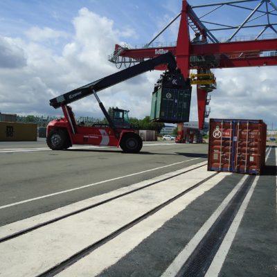 Containerterminal Verladung von Containern auf Entwässerungssystem