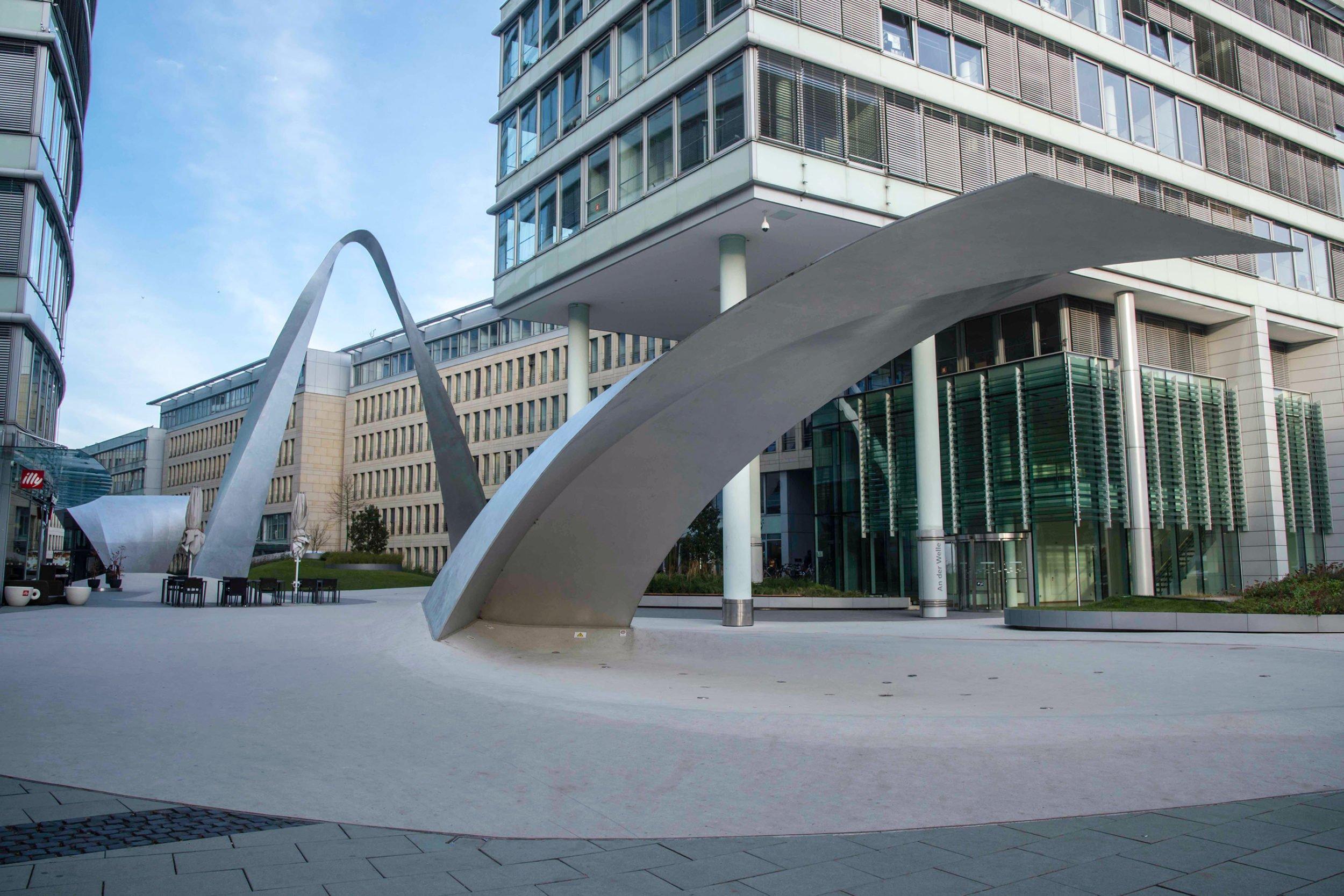 Metallskulpturen auf dem Vorplatz der Welle in Frankfurt