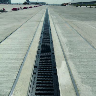 Nahaufnahme Entwässerungsrinne am Fraport