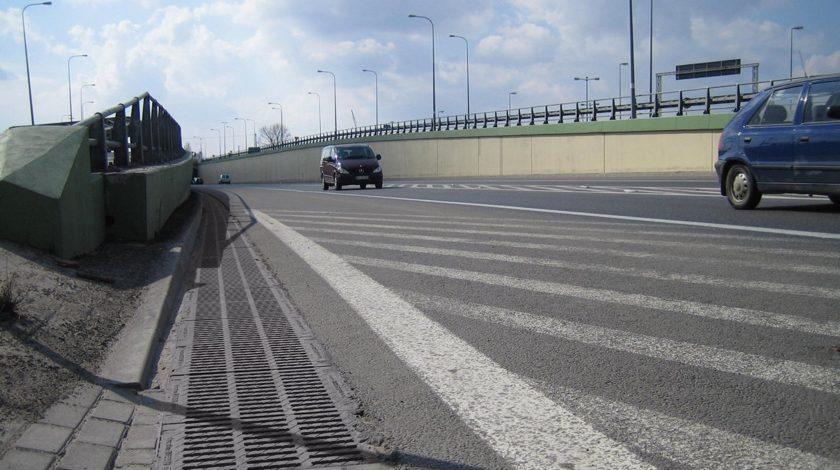 HAURATON Entwässerungssystem an einer stark befahrenen Straße
