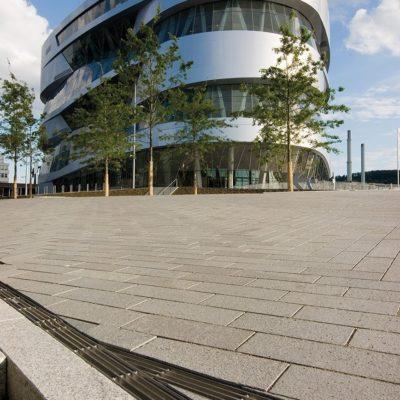 HAURATON Entwässerungsrinnen vor dem Mercedes-Benz Museum in Stuttgart
