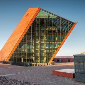 Verspiegelte Fassade des Museums in Danzig