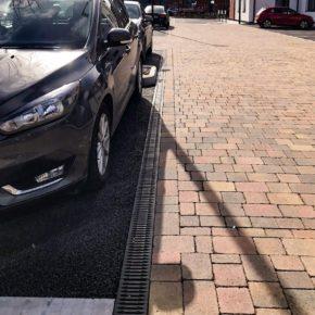 Parkplatz mit Auto im Skypark Exeter