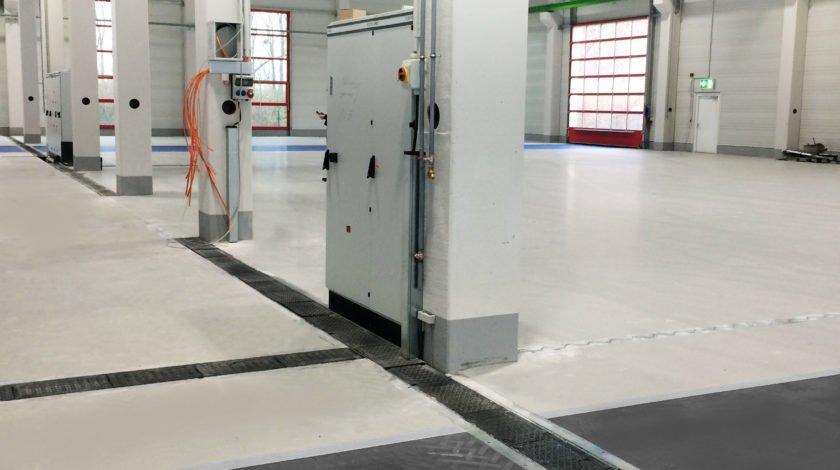 Produktionshalle Rulmeca mit Kabelführungssystem MEDIENRINNE