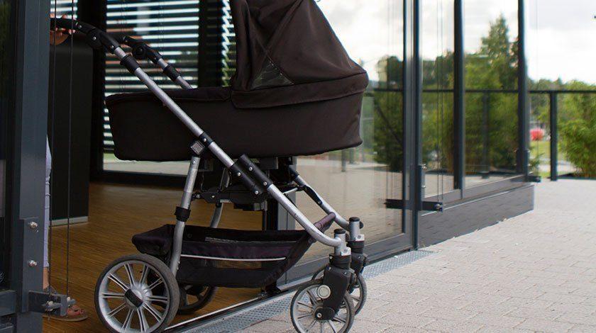 Barrierefreie Entwässerungslösung mit Kinderwagen begehbar